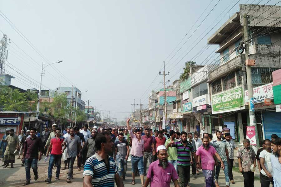 Khulna state-owned jute mill workers brought out a hunger procession in the Khalishpur industrial area in the city on Monday  	— FE Photo