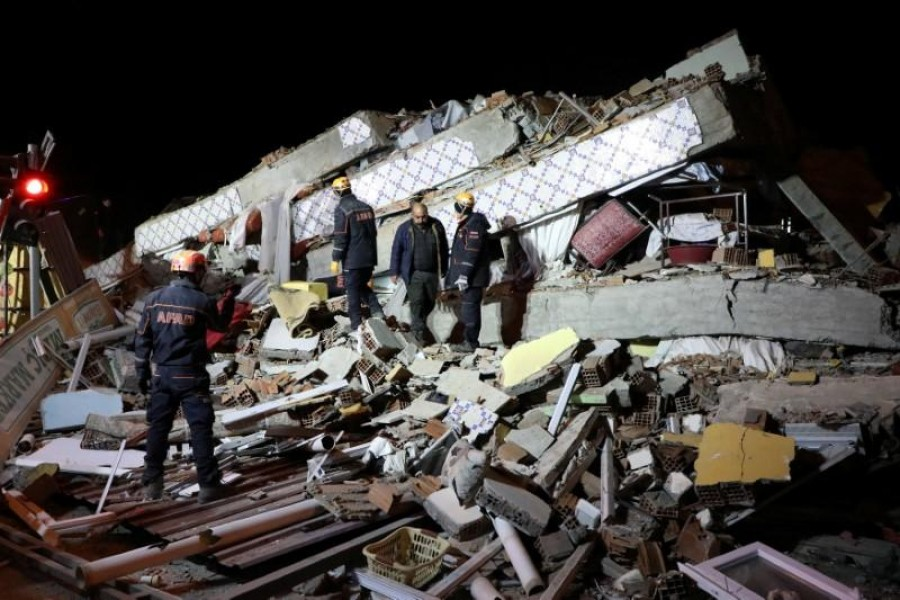 Rescue workers search on a collapsed building after an earthquake in Elazig, Turkey, January 25, 2020. REUTERS/Sertac Kayar