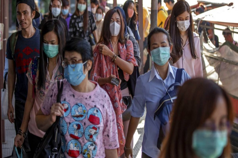 Boat passengers on a jetty wear face masks in Bangkok, Thailand, Tuesday, Jan. 28, 2020 to protect themselves from new virus infection. Photo: AP