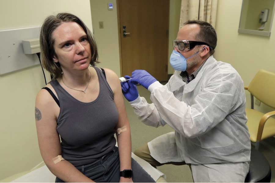 A pharmacist gives Jennifer Haller, left, the first shot in the first-stage safety study clinical trial of a potential vaccine for COVID-19, the disease caused by the new coronavirus, on Monday, March 16, 2020, at the Kaiser Permanente Washington Health Research Institute in Seattle, USA.  —Photo: AP