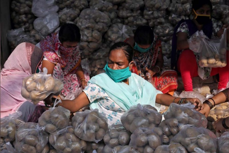 Volunteers pack potatoes to be distributed among poor people during a 21-day nationwide lockdown to slow the spreading of the coronavirus disease (COVID-19), at a residential area in Kolkata, India, April 2, 2020. REUTERS/Rupak De Chowdhuri