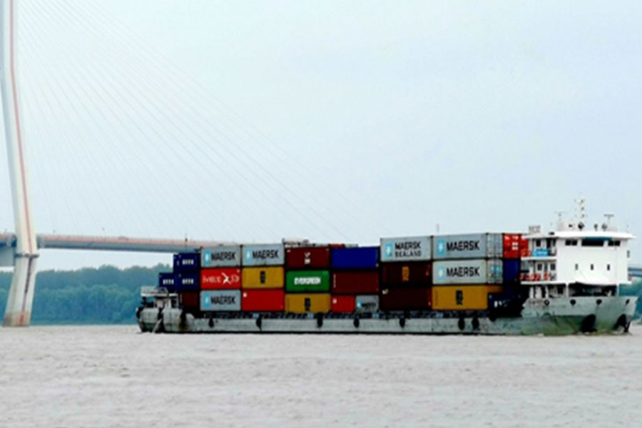 Cargo ships pass through the Wuhan Junshan Yangtze River Bridge, Central China's Hubei Province, on Saturday. Wuhan, which was hard hit by COVID-19, started lifting outbound travel restrictions on Wednesday after almost 11 weeks of lockdown. China's Ministry of Commerce said on Thursday about 76 percent of domestic key foreign trade companies had resumed work using over 70 percent of capacity. Photo: IC
