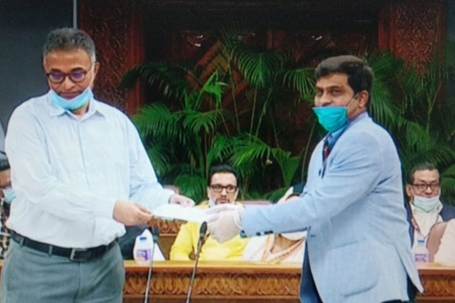 General Manager of Ispahani Tea Ltd Mr Omar Hannan (right) seen handing over a cheque of Tk 10 million to an official of the Prime Minister's Relief and Welfare Fund