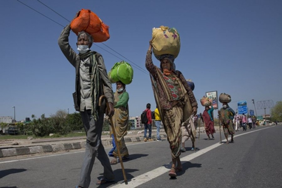 Migrant labourers walk to their villages during the lockdown in New Delhi, India, on March 29. Photo: Xinhua