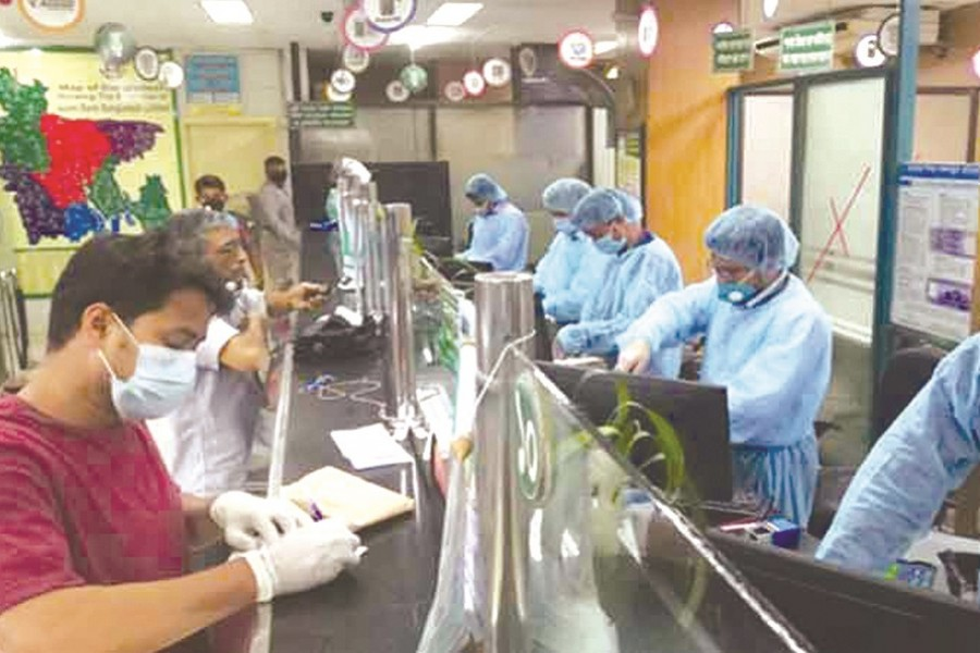 Banking activities in Dhaka during pandemic—FE Photo