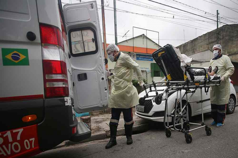 Nurses of Emergency Rescue Service transport a patient from a basic heath unit to a hospital during the COVID-19 outbreak in Santo Andre, Sao Paulo State, Brazil, May 7, 2020. /Reuters