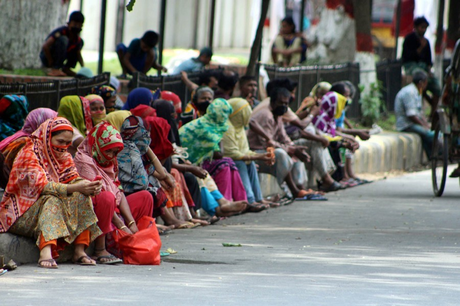 Low income people in Dhaka's Eskaton area waiting for people to come and provide some relief assistance for them during the government-enforced lockdown in the country — Focus Bangla/Files