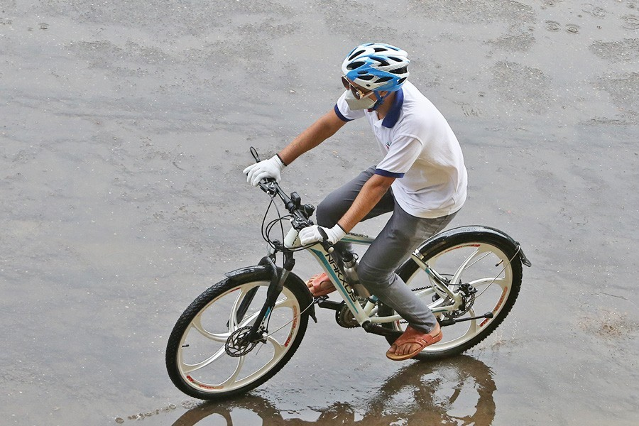 A man riding a bicycle in the city's Kamalapur area on Thursday to avoid the risk of contracting coronavirus which is ravaging the world — FE Photo