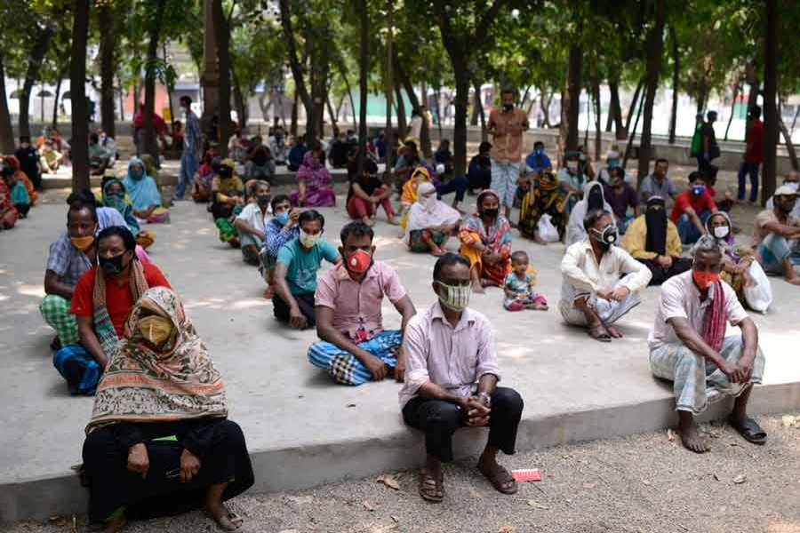 People waiting for relief supplies provided by local community in Dhaka. (Collected photo)