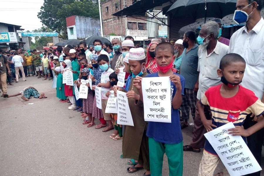 Children joined Khulna jute mills workers in a sit-in programme on Monday in front of a jute mills in Khulna, protesting government's decision — FE Photo