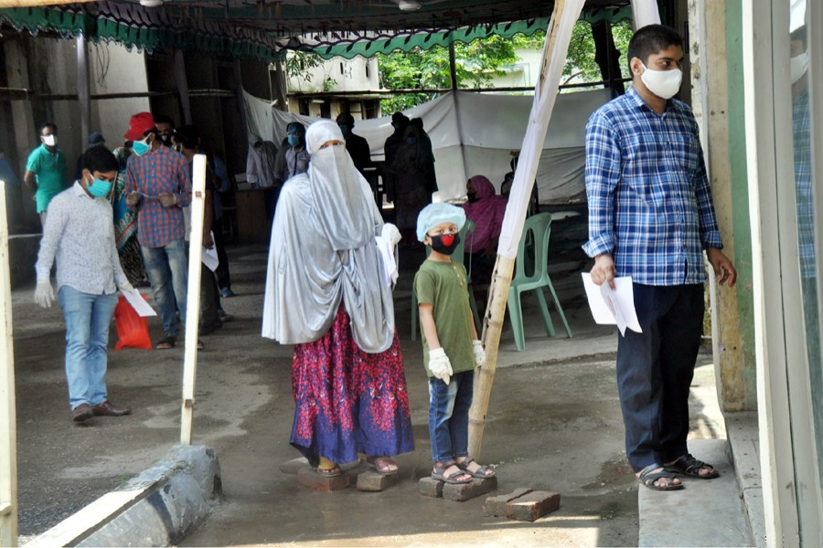 People wait in queue at the BSMMU Hospital premises to get themselves tested for the coronavirus (Covid-19) disease — Focus Bangla/Files