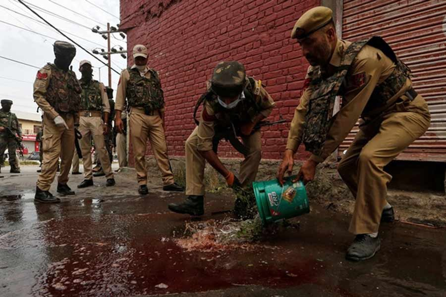 Militants kill two police in Kashmir