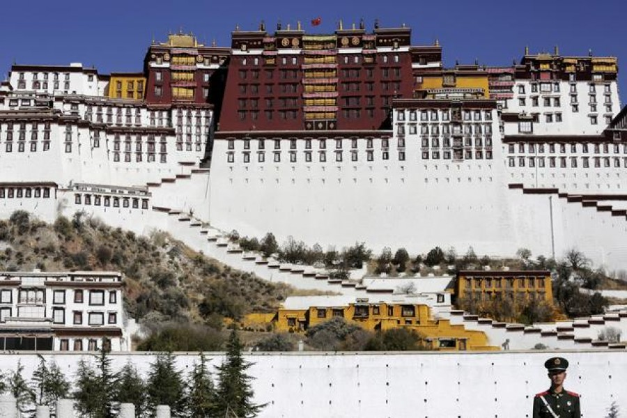 A paramilitary policeman stands guard in front of the Potala Palace in Lhasa, Tibet Autonomous Region, China November 17, 2015. REUTERS/Damir Sagolj/File Photo