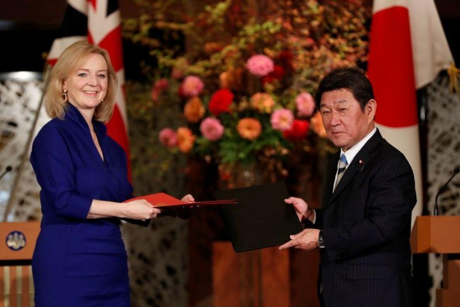 Britain's International Trade Secretary Elizabeth Truss and Japanese Foreign Minister Toshimitsu Motegi pose with documents at a signing ceremony of the UK-Japan Comprehensive Economic Partnership Agreement in Tokyo, Japan on October 23, 2020 — Reuters photo