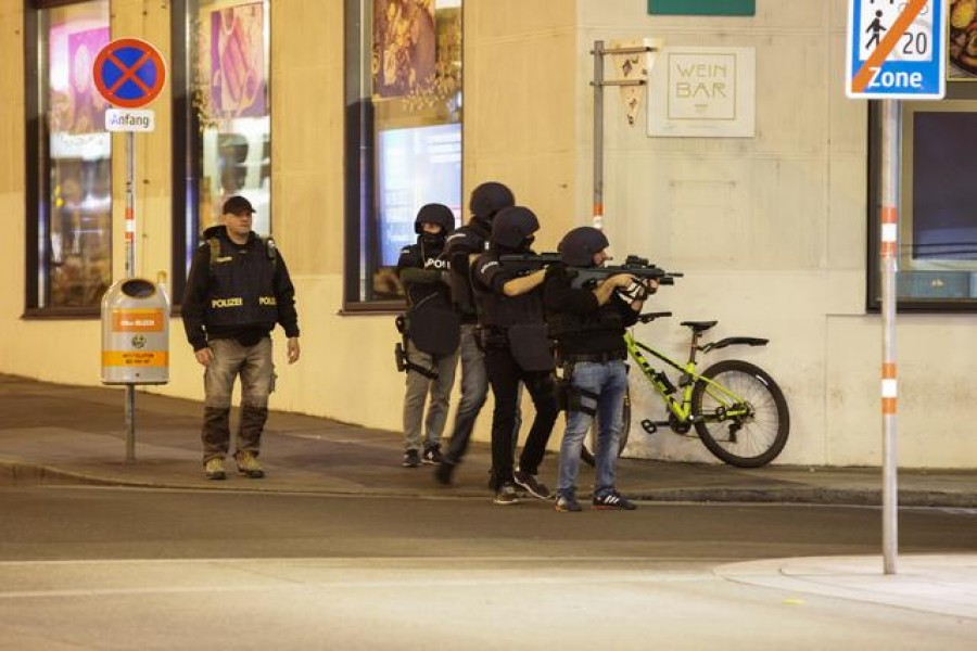 Police officers aim their weapons on the corner of a street after exchanges of gunfire in Vienna, Austria November 2, 2020. REUTERS/Lisi Niesner
