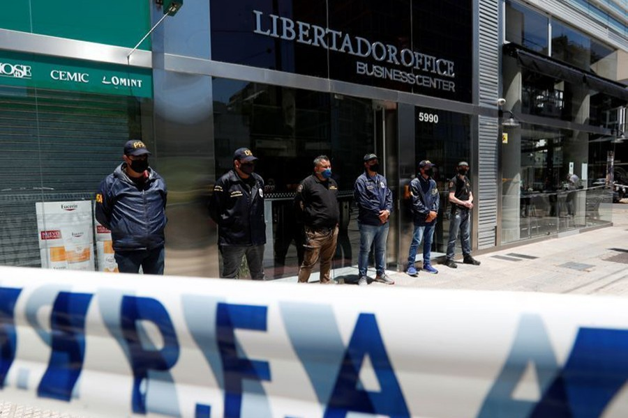 Police officers stand guard outside the building where Leopoldo Luque, the personal doctor of late Argentine soccer legend Diego Armando Maradona, has his office in Buenos Aires, Argentina on November 29, 2020 — Reuters photo