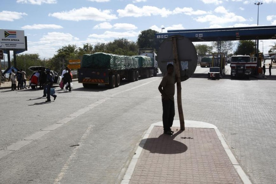 Morning activities at Beitbridge on the South African side of the border crossing with Zimbabwe May 14, 2009. REUTERS/Steve Crisp