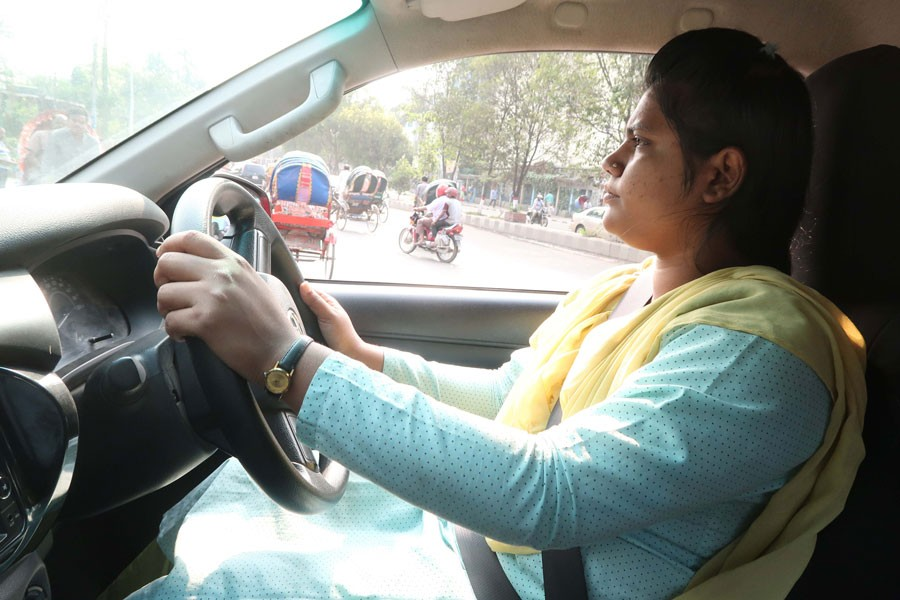 A woman driving a car in Dhaka —FE Photo