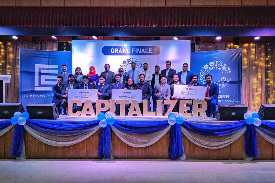 Winners of Capitalizer 2019 with guests, judges, club moderator and president