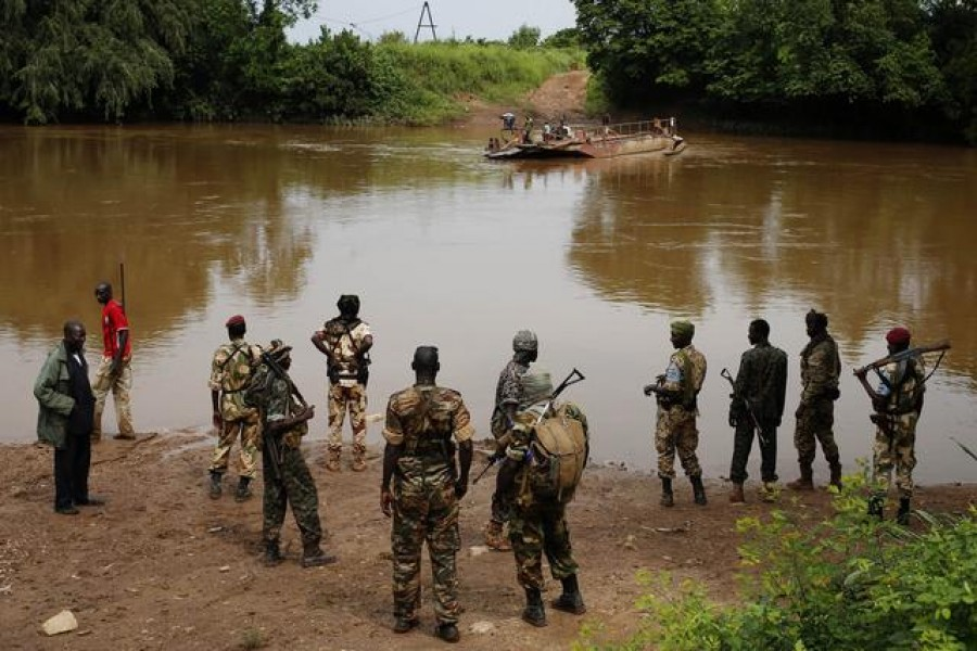 FILE PHOTO: Seleka fighters gather before crossing a river near town of Kuango, close to the border of Democratic Republic of Congo June 9, 2014. REUTERS/Goran Tomasevic