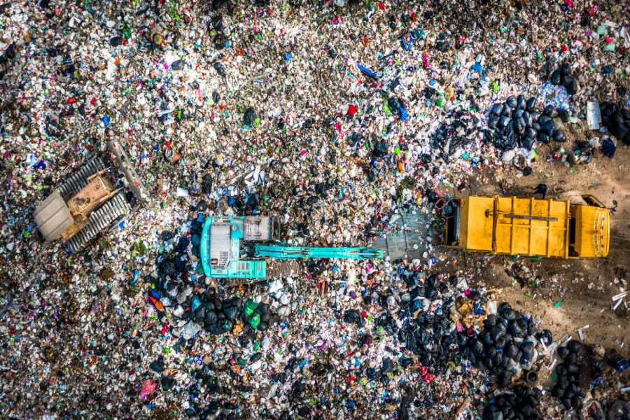 """In 2019, the world traded 550 tons of """"waste"""" worth $315 billion. / © Kalyakan via unctad.org"""