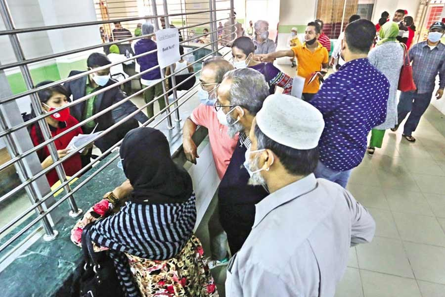 People gather at the Mugda Medical College and Hospital in the city to receive Covid-19 shots recently— FE file photo