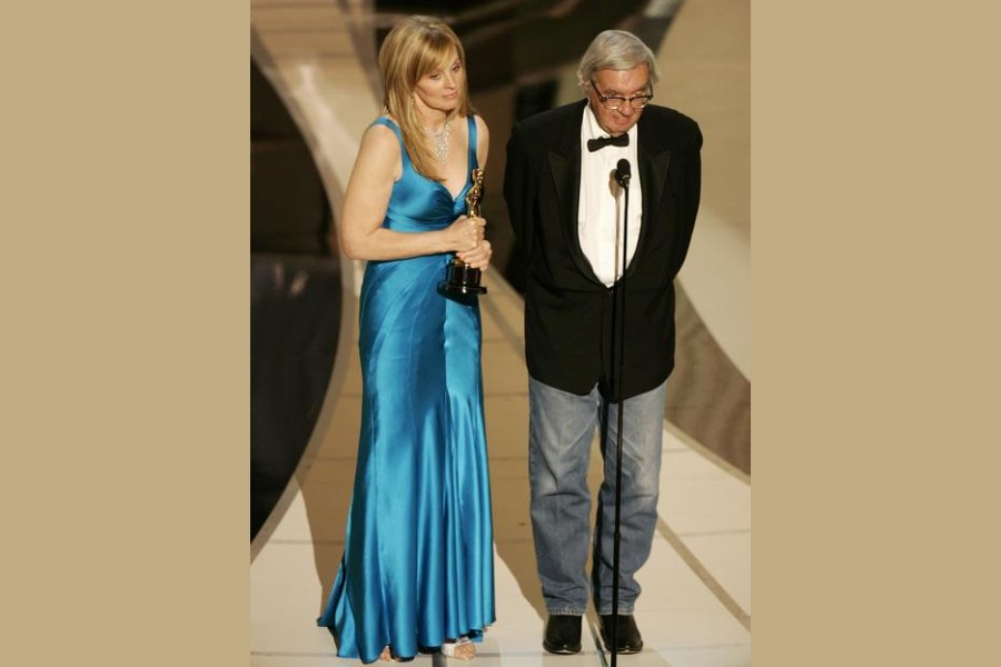"""Writers Diana Ossana (L) and Larry McMurtry accept the Oscar for best adapted screenplay for """"Brokeback Mountain"""" at the 78th annual Academy Awards in Hollywood, March 5, 2006. REUTERS/Gary Hershorn"""