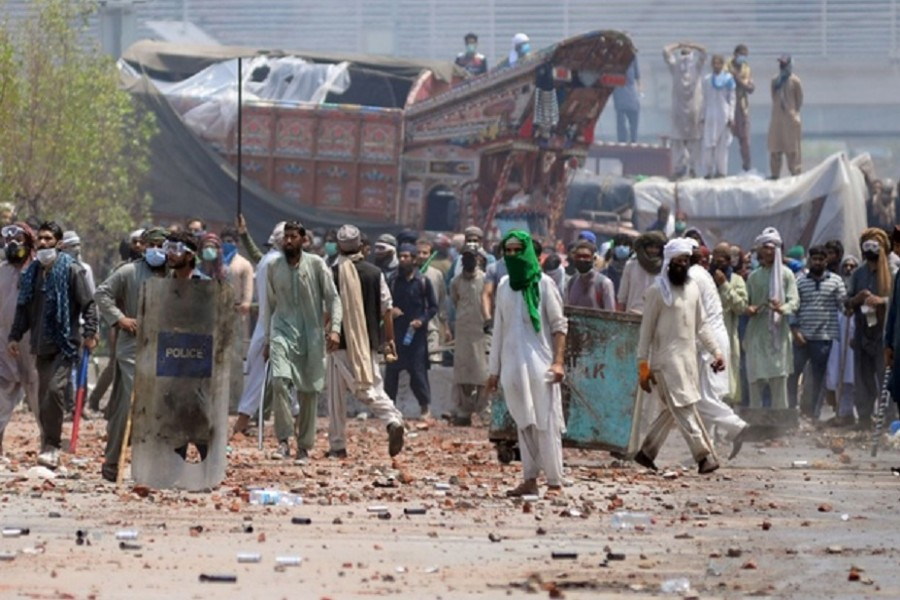 Deadly clashes after Islamists take police hostage in Lahore