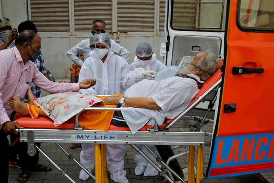 A patient wearing an oxygen mask is wheeled inside a COVID-19 hospital for treatment on Monday, amidst the spread of the coronavirus disease (COVID-19) in Ahmedabad of India -Reuters photo