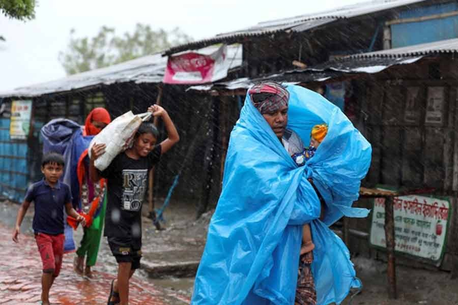 People making their way to a safer place before the cyclone Amphan in Satkhira district last year -Reuters file photo