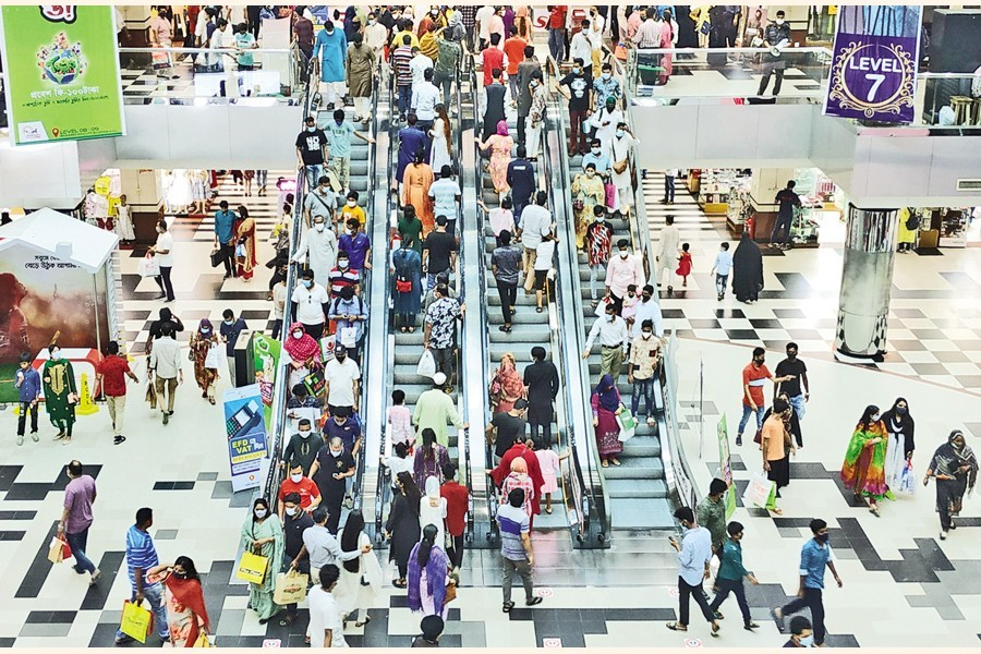 Bashundhara City Shopping Complex is buzzing with Eid shoppers on Friday, amid the ongoing coronavirus-induced lockdown — FE photo