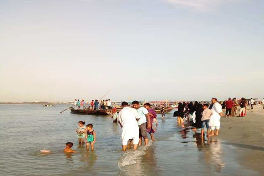 Tourists having the touch of Cox's Bazar at Meghna river bank in Chandpur district — FE Photo
