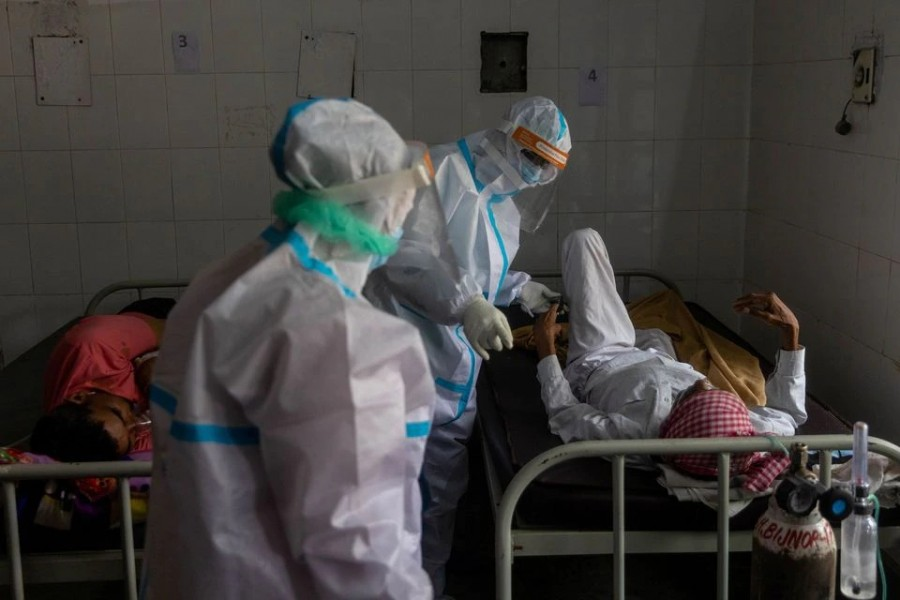 Medics tend to a man with breathing problems inside a Covid-19 ward of a government-run hospital, amidst the coronavirus disease (Covid-19) pandemic, in Bijnor district, Uttar Pradesh, India on May 11, 2021 — Reuters/Files
