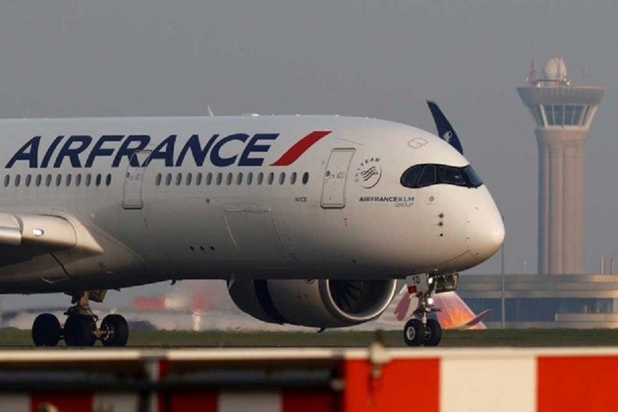 An Air France Airbus A350 airplane lands at the Charles-de-Gaulle airport in Roissy, near Paris, France April 2, 2021. REUTERS