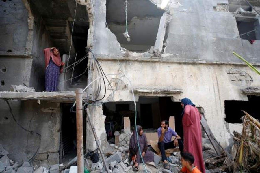 Gazans  returning to homes and buildings destroyed in the conflict (Reuters file photo)