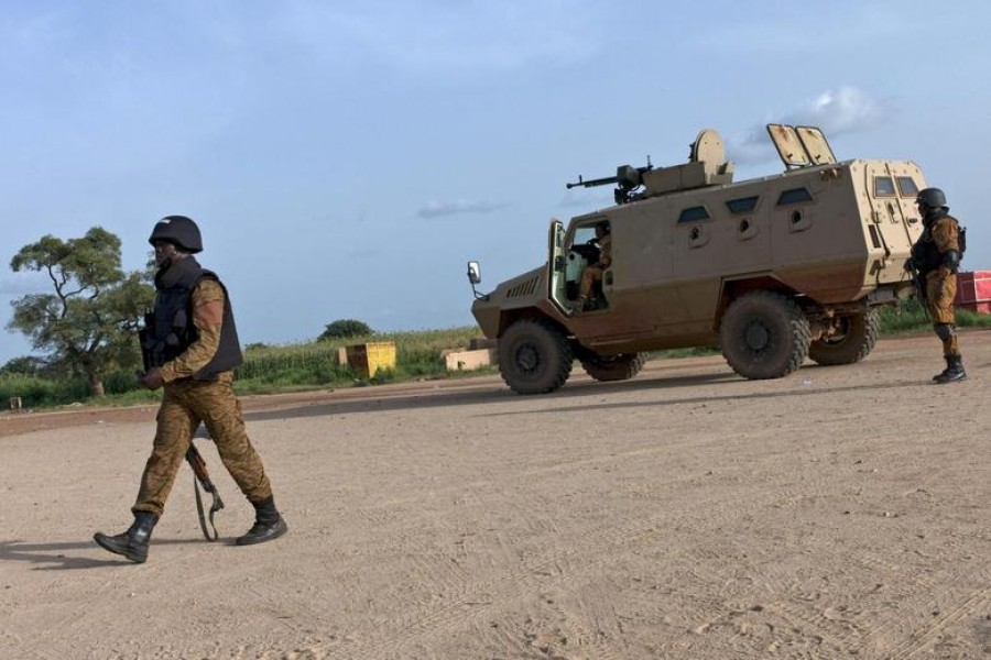 Soldiers guard positions near the Naaba Koom military base in Ouagadougou, Burkina Faso on September 29, 2015 — Reuters/Files