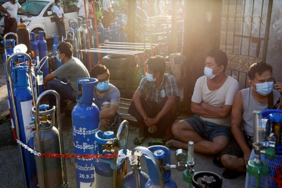 Locals line up with their tanks to refill oxygen during the coronavirus disease (COVID-19) outbreak in Yangon, Myanmar, July 14, 2021. REUTERS/Stringer