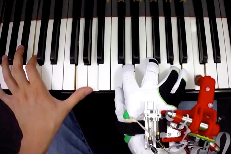 Pianists learn to play with robot thumb