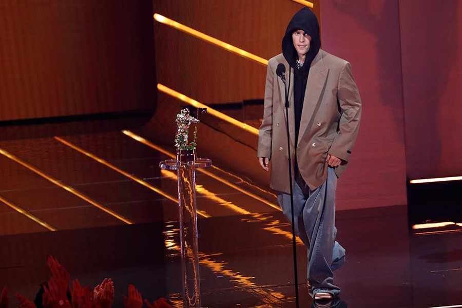 Justin Bieber arrives on stage to accept the award for Artist of the Year — Reuters photo
