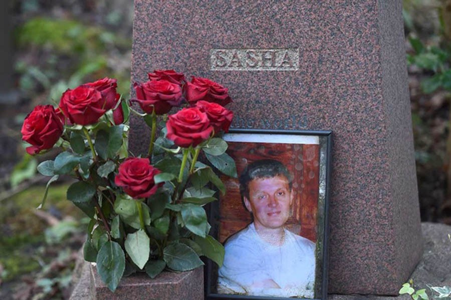 FILE PHOTO: The grave of murdered ex-KGB agent Alexander Litvinenko is seen at Highgate Cemetery in London, Britain, January 21, 2016. REUTERS/Toby Melville/File Photo