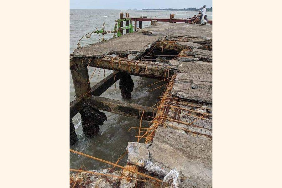 Photo shows the broken part of the jetty in Saint Martin's Island — FE Photo